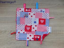Labeldoekje, patchwork met konijntjes en rood badstof en 8 labeltjes - 1.
