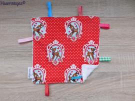 Labeldoekje, rood polkadot met hertjes en wit badstof en 8 labeltjes.