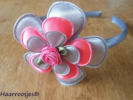 Haardiadeem, peuter/kleuter, grijs met grijze bloem, neon-roze bloem, grijze bloemetje en een roze roosje.