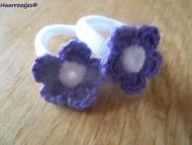 Zachte elastiekjes, groot, wit met paars gehaakt bloemetje met wit  hartje.