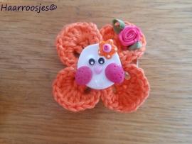 Haarlokspeldje, oranje gehaakt bloemetje, wit uiltje en fuchsia roze roosje.