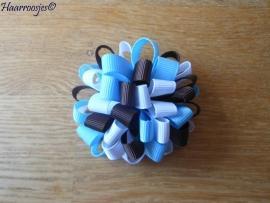 Pompoms, bruin, wit en lichtblauw.
