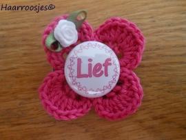 """Haarlokspeldje, fuchsia roze gehaakt bloemetje, """"Lief"""" en wit roosje."""