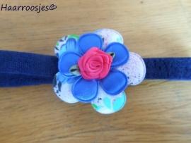 Babyhaarbandje, smal, donkerblauw, met gebloemde bloem, blauw satijnen bloemetje en een fuchsia roze roosje.