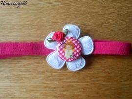 Babyhaarbandje smal, fuchsia rozet, met wit kanten bloem, (B)engeltje, en fuchsia roze roosje.