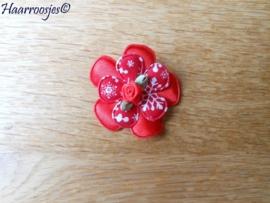Haarlokspeldje, rood satijnen bloem, rode bloem met sneeuwvlokken en een rood roosje.