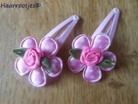 Haarspeldjes, peuter/kleuter, lichtroze met een polkadot bloemetje en een roosje.
