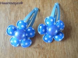 Haarspeldjes, peuter/kleuter, blauw met een polkadot bloemetje en een pareltje.