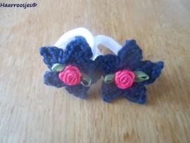 Zachte elastiekjes, groot, wit met donkerblauwe sterretjes en fuchsia roze roosjes.