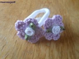 Zachte elastiekjes, groot, wit met lila gehaakt bloemetje met wit hartje en witte roosje.