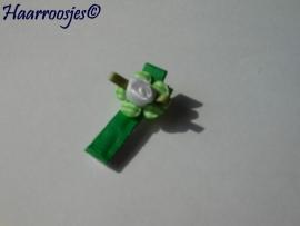 Alligatorspeldje, groen met groen geruit bloemetje en wit roosje.