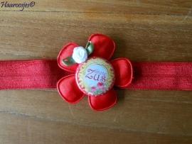 Elastisch haarbandje, rood, met rood satijnen bloem, `Grote Zus` en wit roosje.