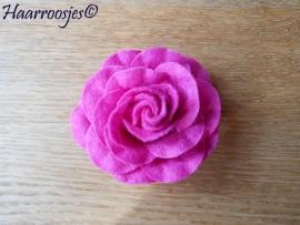 Haarbloem, grote fuchsia roze vilten roos.