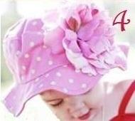 Zomerhoedje, roze met witte polkadots en roze bloem.