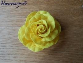 Haarbloem, grote gele vilten roos.