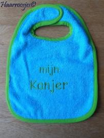 "Slabbetje, blauw badstof met groen biaisband ""mijn Kanjer""."