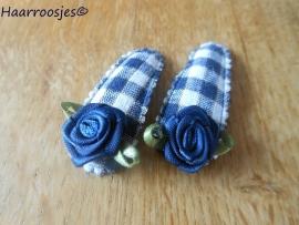 Haarspeldjes, peuter/kleuter, donkerblauw geruit met donkerblauw roosje.