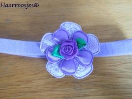 Babyhaarbandje, smal, lila, met lila kanten bloem, paars satijnen bloemetje en een paars roosje.