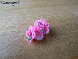 Zachte elastiekjes, klein, roze met roze gehaakte bloemetjes en roze roosjes.