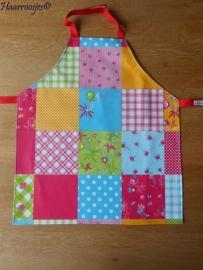 Kinderschortje, tafelzeil, gekleurd patchwork.