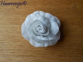 Haarbloem, grote witte vilten roos.