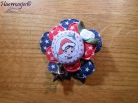 Haarlokspeldje, donkerblauwe bloem met sterretjes, rode bloem met sterretjes, meisje met kerstmuts en wit roosje met bedeltje.