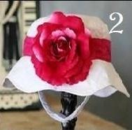 Zomerhoedje, wit met fuchsia roze band en fuchsia roze bloem.