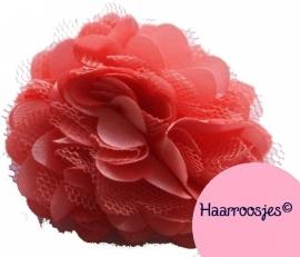 Haarbloem, koraalrood met satijn en tule.