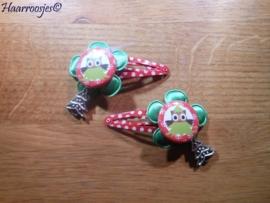 Haarspeldjes, meisje, rood polkadot met groene bloem, een kerstboom uiltje en een bedeltje.