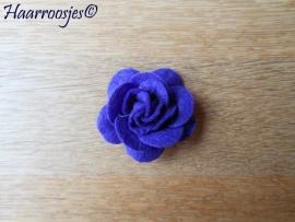 Haarbloem, paarse vilten roos.