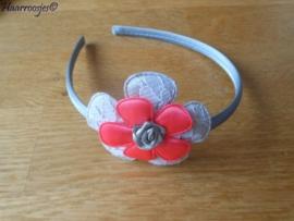 Haardiadeem, peuter/kleuter, zilvergrijs met grijs kanten bloem, neon roze/oranje bloem en een zilvergrijs roosje.