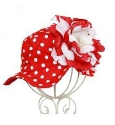 Zomerhoedje, rood met witte polkadots en rood/witte bloem.