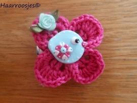 Haarlokspeldje, fuchsia roze gehaakt bloemetje, mintgroen vogeltje en mintgroen roosje.