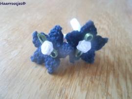 Zachte elastiekjes, groot, wit met donkerblauwe sterretjes en wit roosjes.