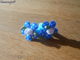 Zachte elastiekjes, klein, lichtblauw met aquablauw polkadot bloemetje en wit roosje.