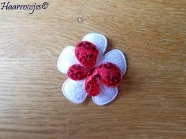 Haarlokspeldje, wit kanten bloem, fuchsia roze vlinder met pailletjes.