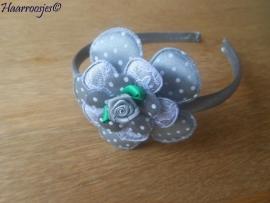 Haardiadeem, peuter/kleuter, grijs met grijze polkadot bloem, kanten bloem, polkadot bloemetje en grijs roosje.
