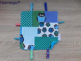 Labeldoekje, patchwork met uiltjes (blauw) en blauw badstof en 8 labeltjes.