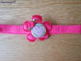 Babyhaarbandje, smal, fuchsia roze, met fuchsia roze bloem, hartje (op groene ruit) en een fuchsia roze roosje.