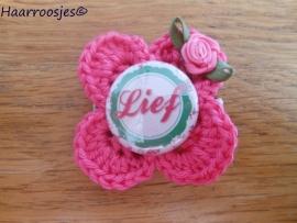 """Haarlokspeldje, roze gehaakt bloemetje, """"Lief"""" en roze roosje."""