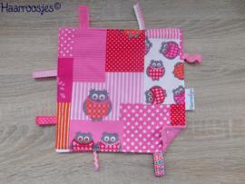 Labeldoekje, patchwork met uiltjes (roze) en roze badstof en 8 labeltjes.