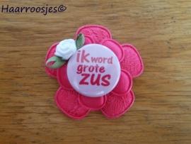 Haarlokspeldje, fuchsia roze kanten bloem, fuchsia roze satijnen bloem, 'Ik word grote zus' en fuchsia roze roosje.