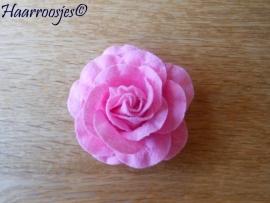 Haarbloem, grote roze vilten roos.