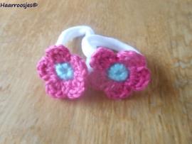 Zachte elastiekjes, groot, wit met fuchsia roze gehaakt bloemetje met mintgroen  hartje.