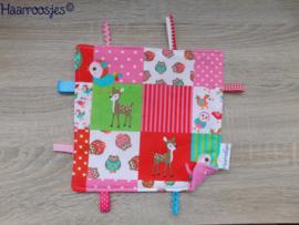 Labeldoekje, patchwork met vogeltjes/hertjes en roze badstof en 8 labeltjes - 2.