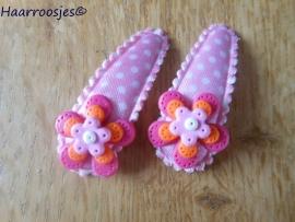 Haarspeldjes, peuter/kleuter, lichtroze polkadot met een fuchsia roze, oranje en lichtroze bloemetje..