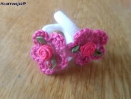Zachte elastiekjes, groot, wit met fuchsia roze gehaakt bloemetje met wit hartje en fuchsia roze roosje.