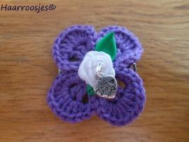 Haarlokspeldje, paars gehaakt bloemetje, wit roosje en hartjes bedel..