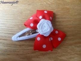 Haarspeldje meisje, met een rode strik met polkadots en wit roosje.