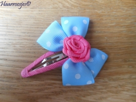 Haarspeldje meisje, met een lichtblauwe strik met polkadots en roze roosje.